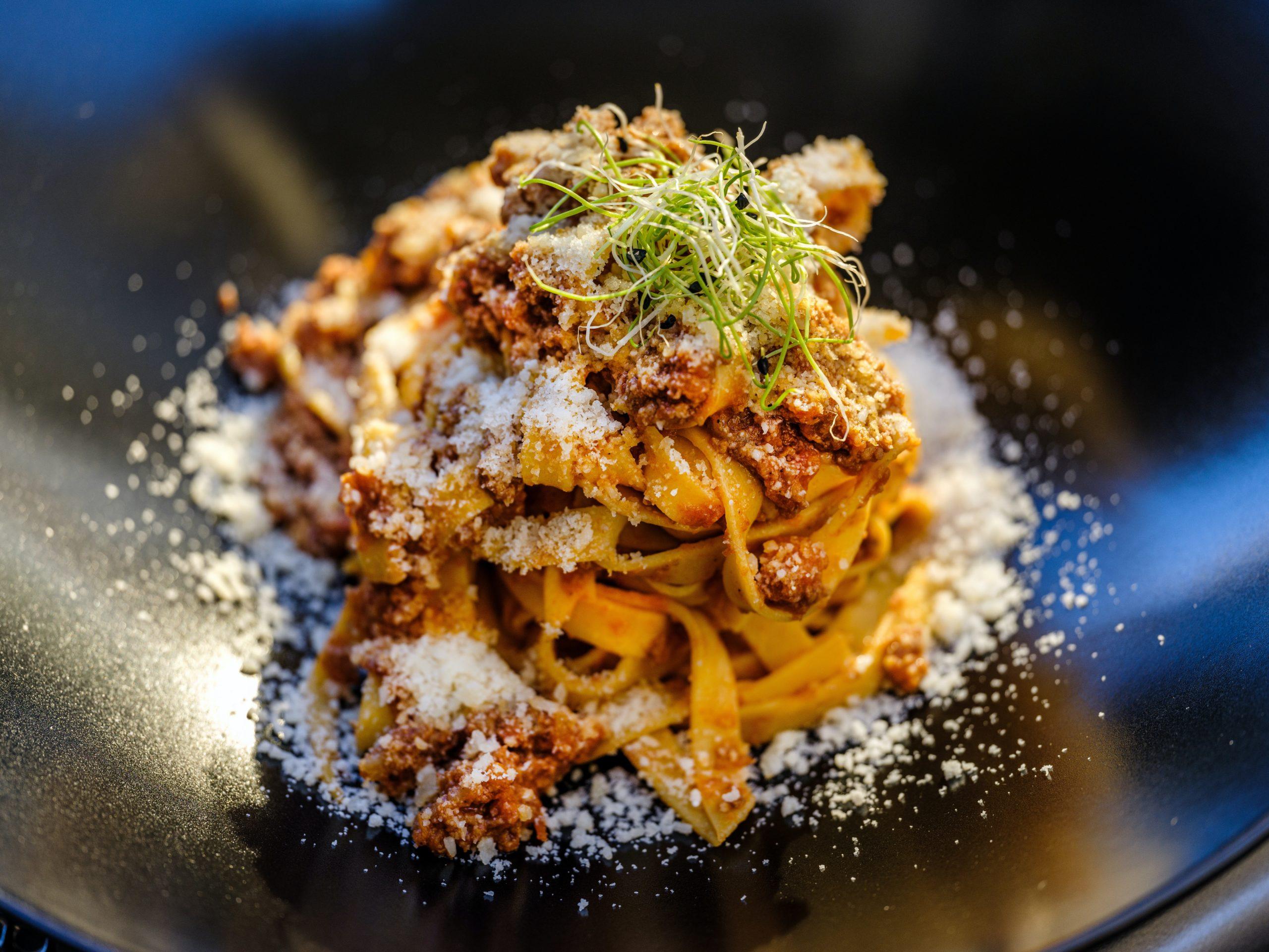 Assiette de pâtes à la bolognaise, une des recettes de pâtes italiennes incontournables