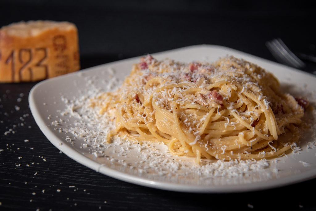 Une belle assiette de pâtes à la carbonara, une des recettes de pâtes italiennes venues de Rome