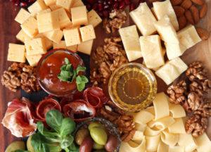 Plateau de fromages et de charcuterie avec du provolone AOP