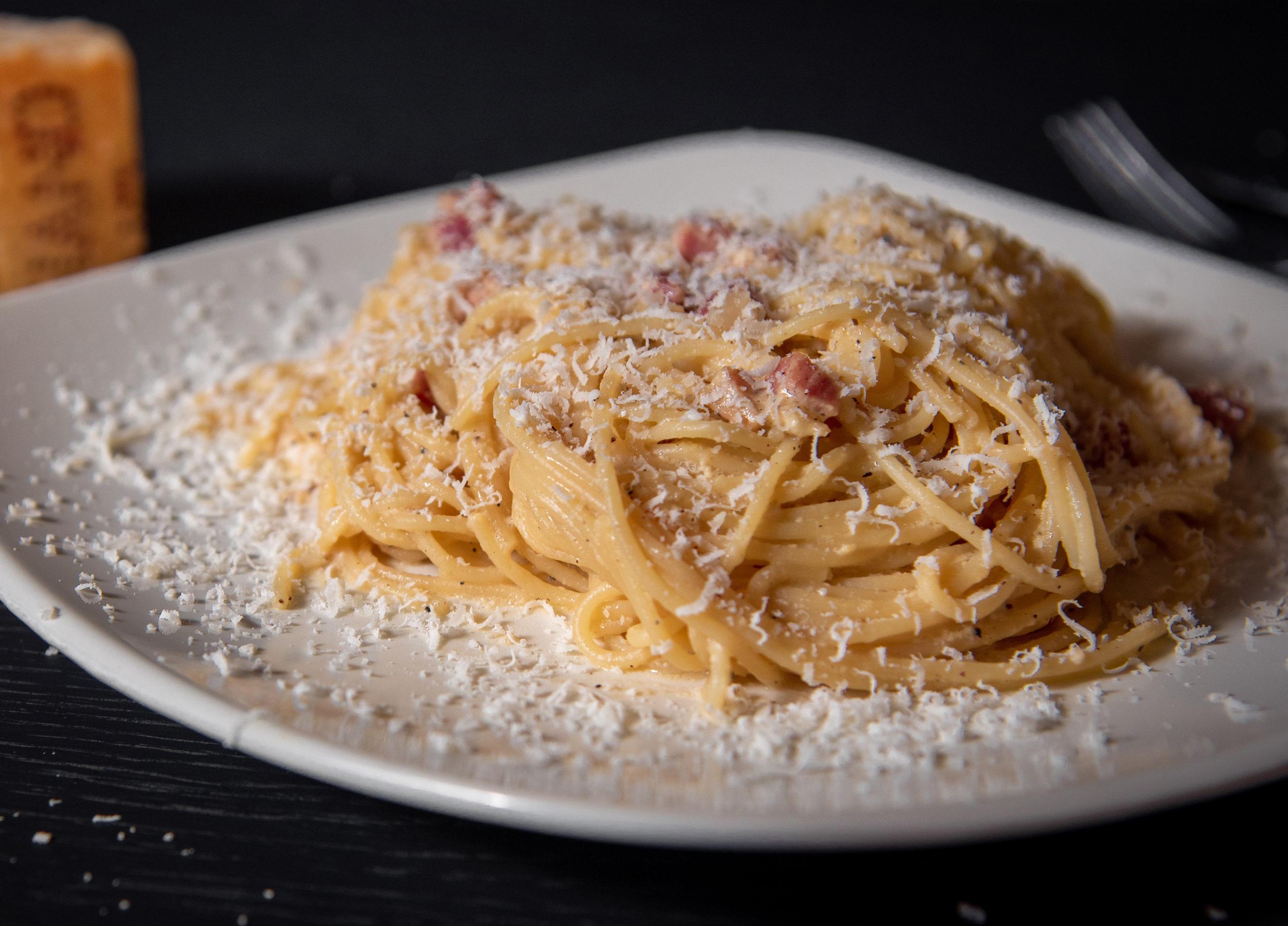 Belle assiette de pâtes carbonara italiennes