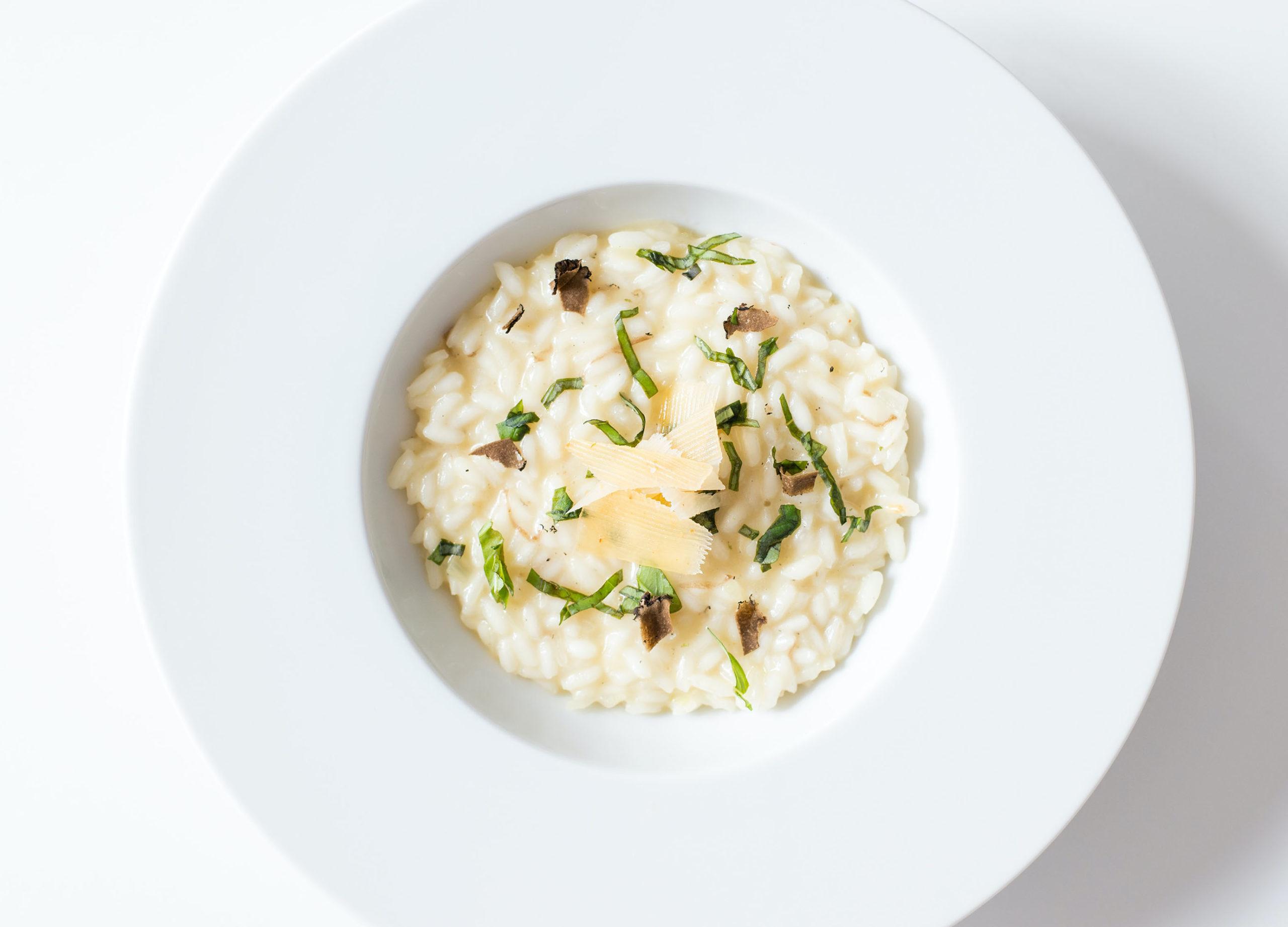 Belle assiette de risotto crémeux avec des copeaux de parmesan