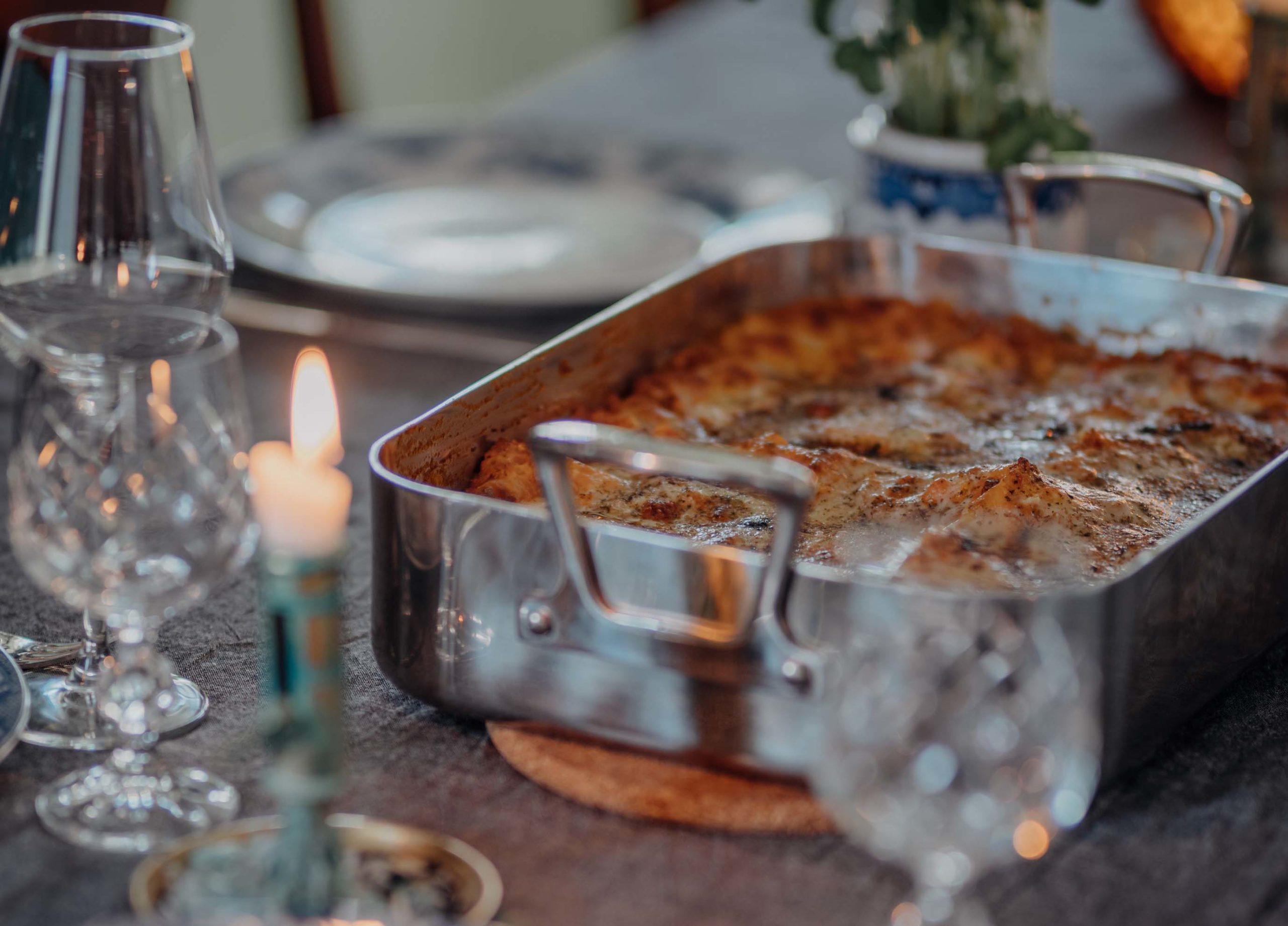 plat le lasagne sortant du four servi sur une table joliment dressée