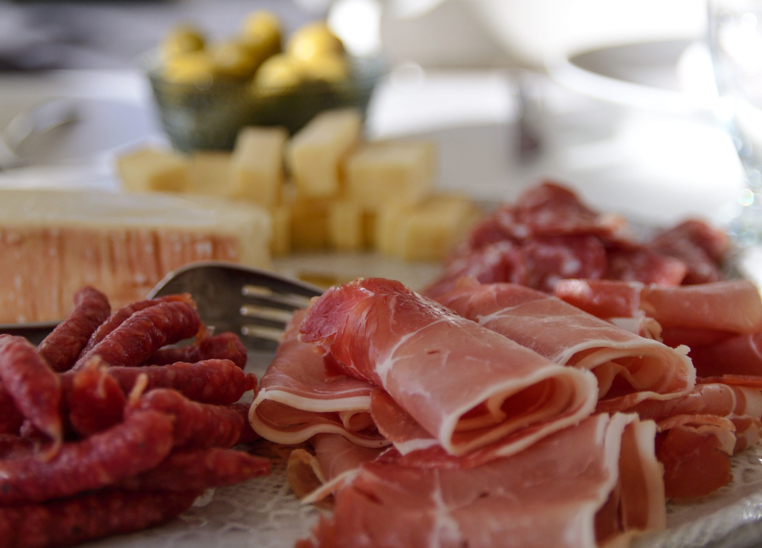Belle assiette d'antipasti italiens pou l'aperitivo