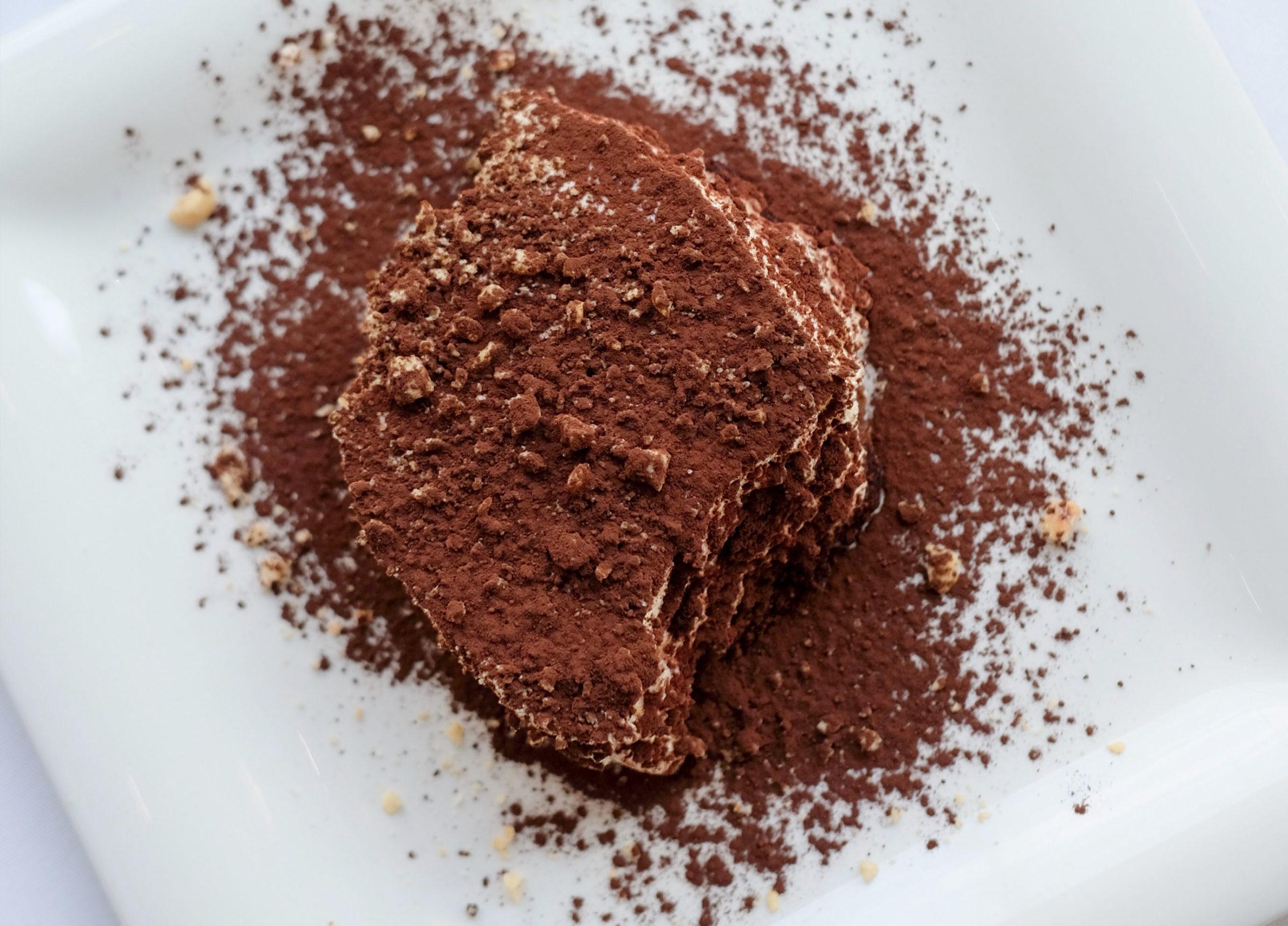 Vue de haut d'une part de tiramisu recouverte de chocolat