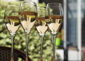 Quatre verres de vin pétillant italien blanc